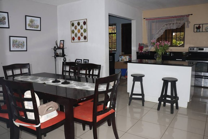 Fully equipped 2 story house 10min from airport, alquiler vacacional en Rio Segundo