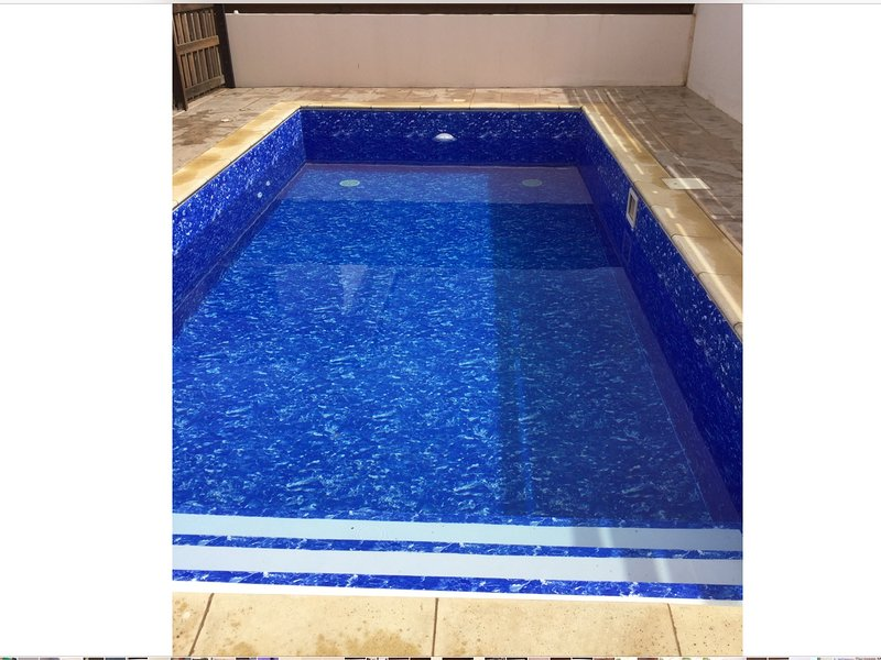 piscina privada com passos de tamanho integral levando em