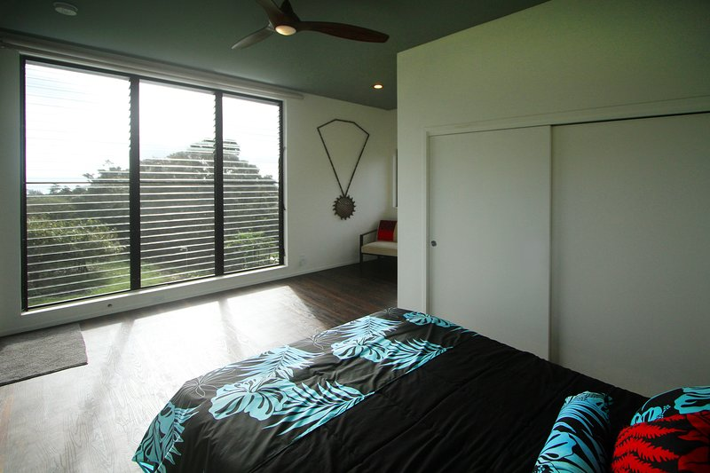 Whale watch from your bed! Giant 9'x9' window overlooking the cacao and the ocean.
