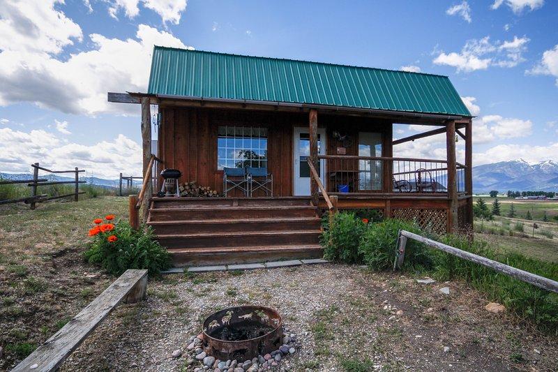 Från sidan av Eagle Nest Cabin entrédörren och den privata eldstaden.