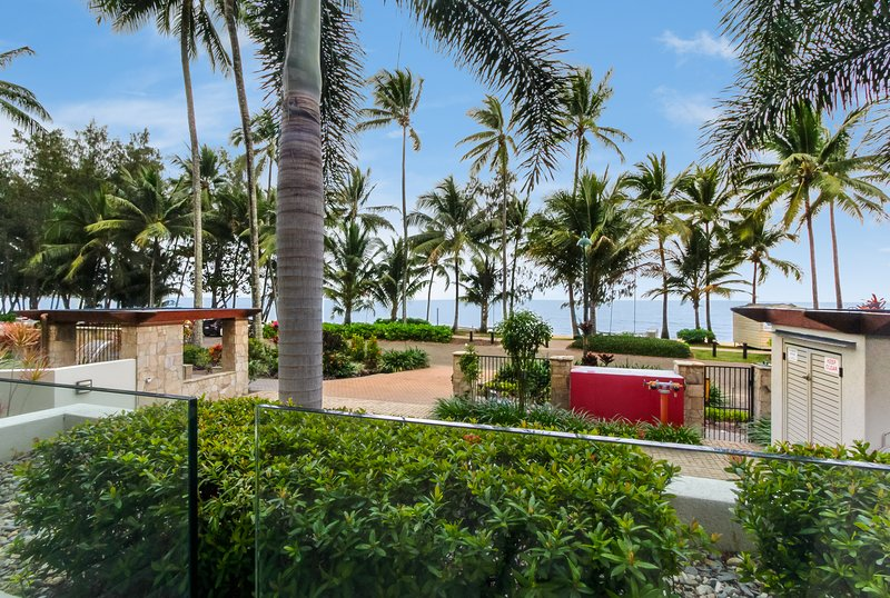 Island Views One | Luxury Beachfront Apartment, vacation rental in Palm Cove