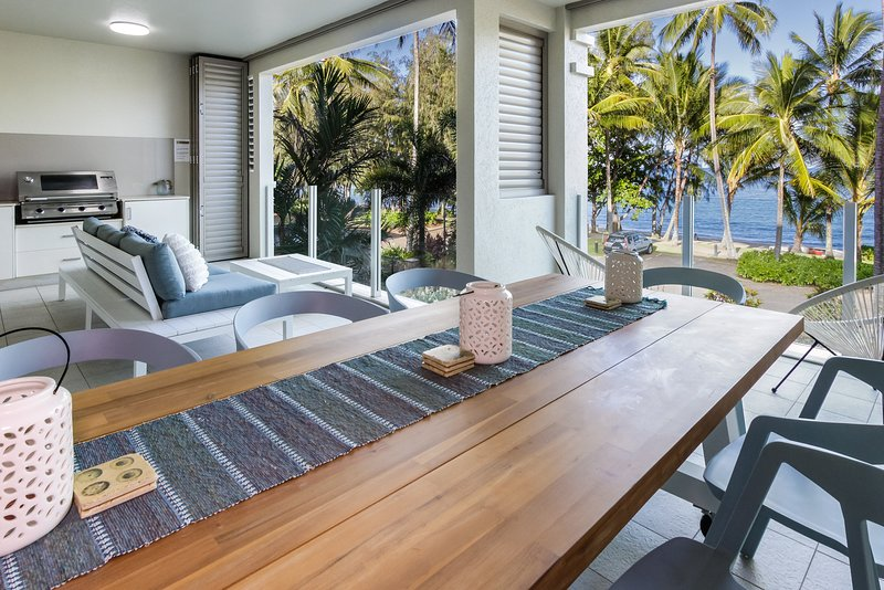 Island Views Seven | Luxury Beachfront Apartment, vacation rental in Palm Cove