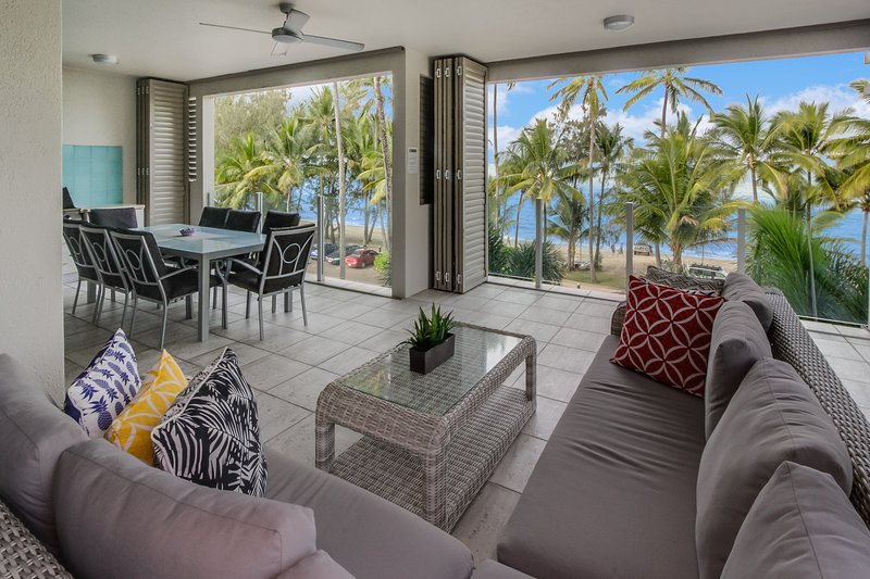 Island Views Nine | Luxury Beachfront Apartment, vacation rental in Palm Cove