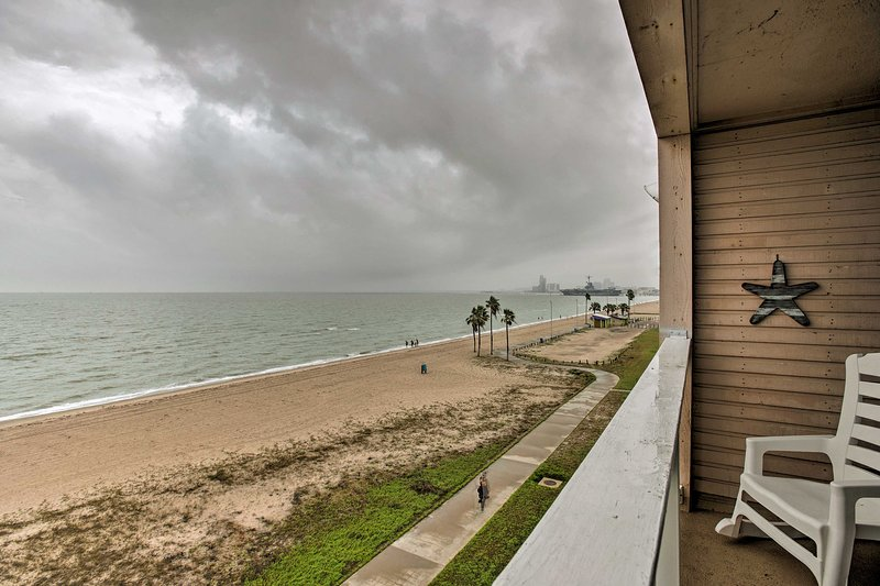 Breezy Beachfront Condo in Heart of Corpus Christi, holiday rental in Robstown