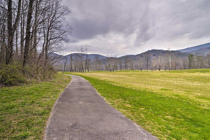 Godetevi una passeggiata intorno al campo da golf di fronte a queste panorami di montagna.