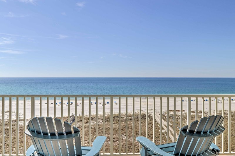 Serene Beachfront Condo w/ Balcony + Ocean Views!, alquiler de vacaciones en Orange Beach