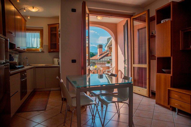 vardagsrum med pentry och balkong