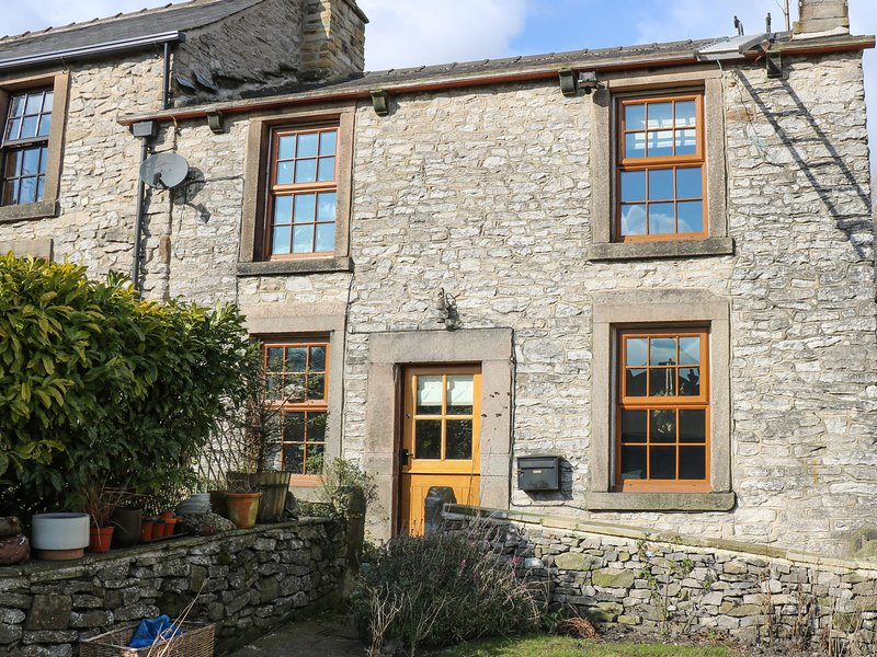 RHUBARB COTTAGE, countryside views, pet-friendly, centre of Bradwell, Ref 962171, holiday rental in Edale