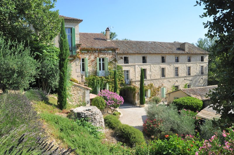 Charming one bedroom studio on grand historic Estate - heart of Provence, holiday rental in Noves