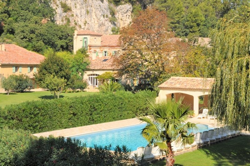 La Tuzelle 2 bdrm apart on grand private estate - heart of Provence, holiday rental in Noves