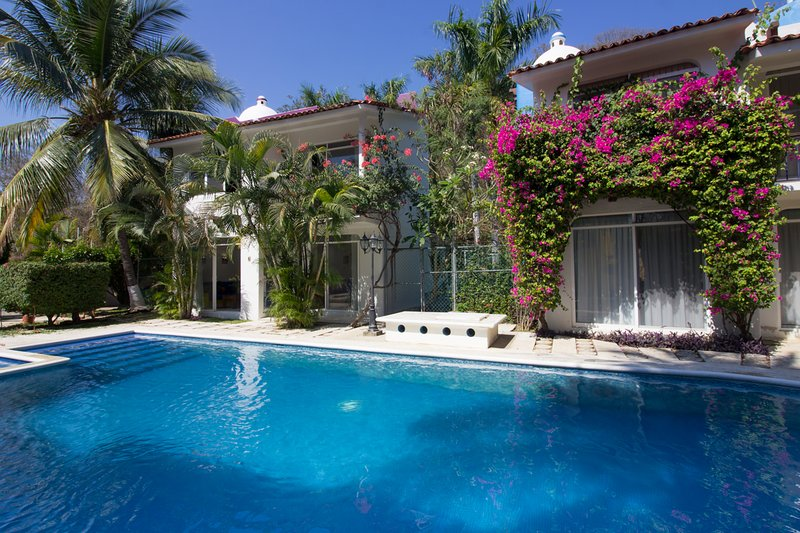 64362 - Cozy & Central with Private Yard, holiday rental in Huatulco