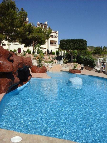 La piscina, tan azul como el cielo.