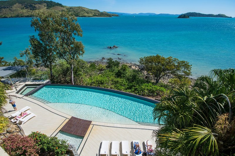 Edge 2 Ocean Front Luxury 3 Bedroom Split Level Spacious With Sofa Bed + Buggy, vacation rental in Hamilton Island