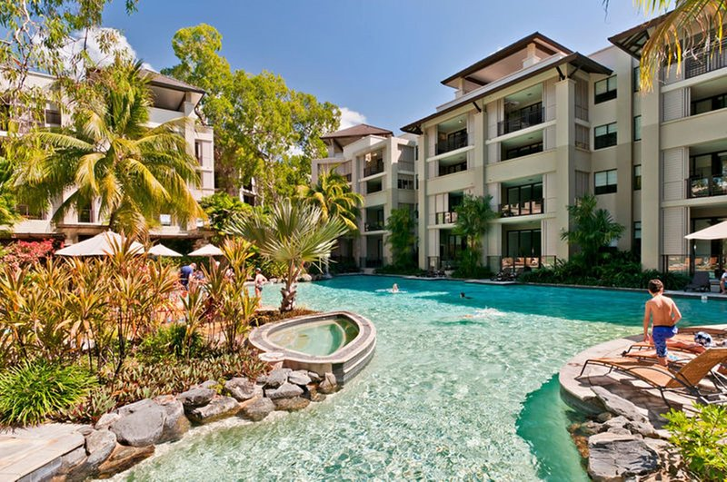 Temple 221 Spacious Modern 2 Bedroom Spa Apartment Beachfront Resort, vacation rental in Palm Cove