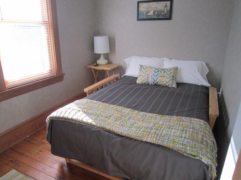 Sentado futón habitación sin limpiar para su uso como un tercer dormitorio.