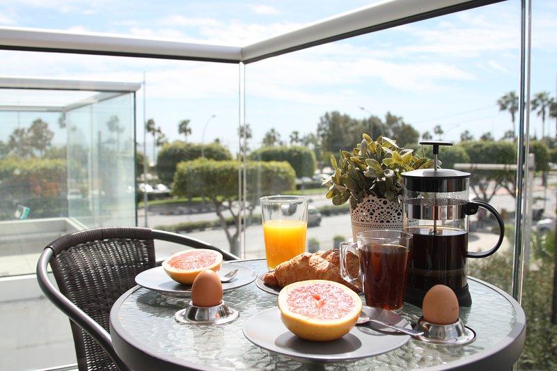 Godetevi la colazione al sole con vista sul mare da un lato ... ..