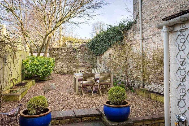 El, patio con jardín privado y cerrado