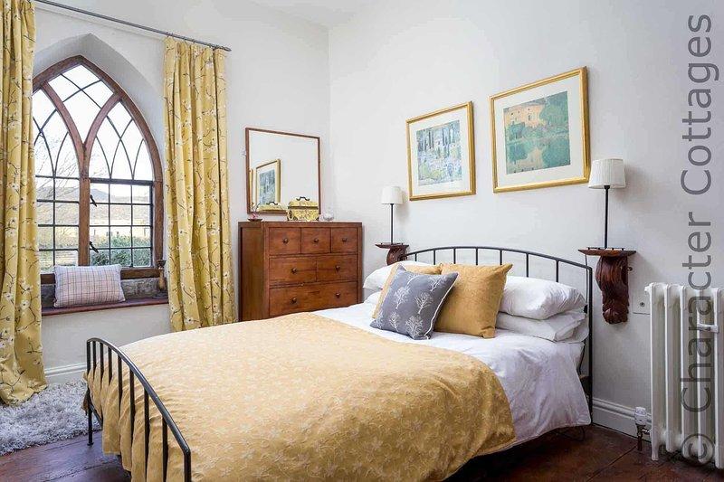 El dormitorio principal, con una cama doble