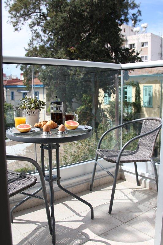 e l'altro lato si affaccia sulla splendida vista della città vecchia di Limassol.