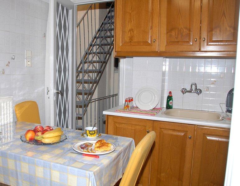 Olhando para a escada clarabóia através da minha cozinha