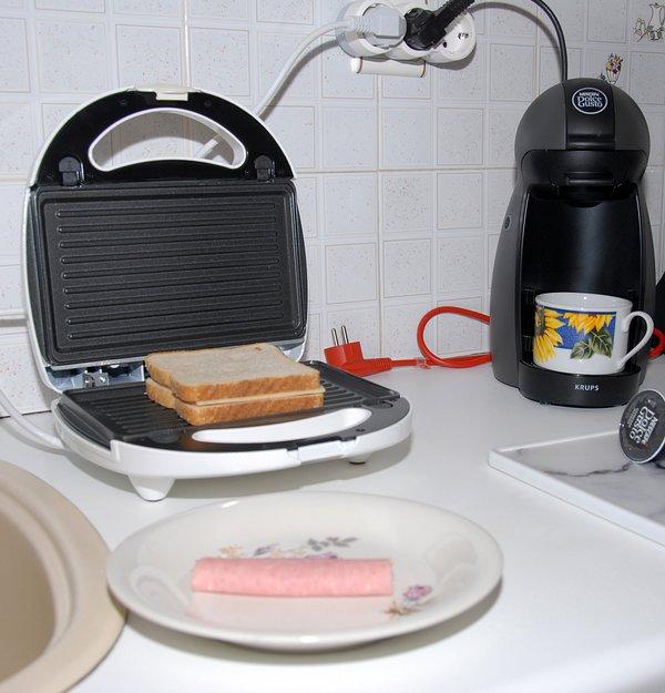 A torradeira e uma máquina de café estão à sua disposição para fazer seu pequeno-almoço