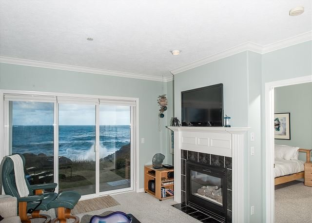 Sea For Two -  Corner Oceanfront Condo, Hot Tub, Pool, Wifi & More!, vacation rental in Depoe Bay