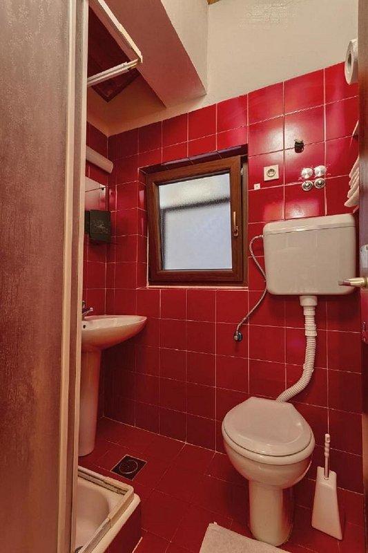 Crveni (4): baño con inodoro.