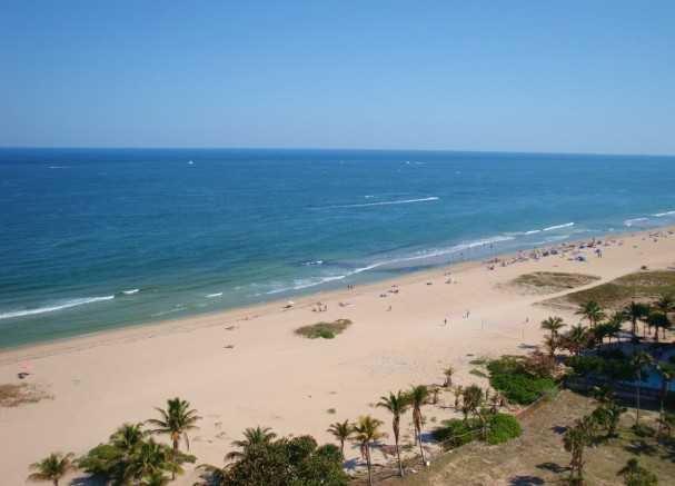 Il caldo brezze oceaniche, sabbia e surf attendere il suo arrivo.
