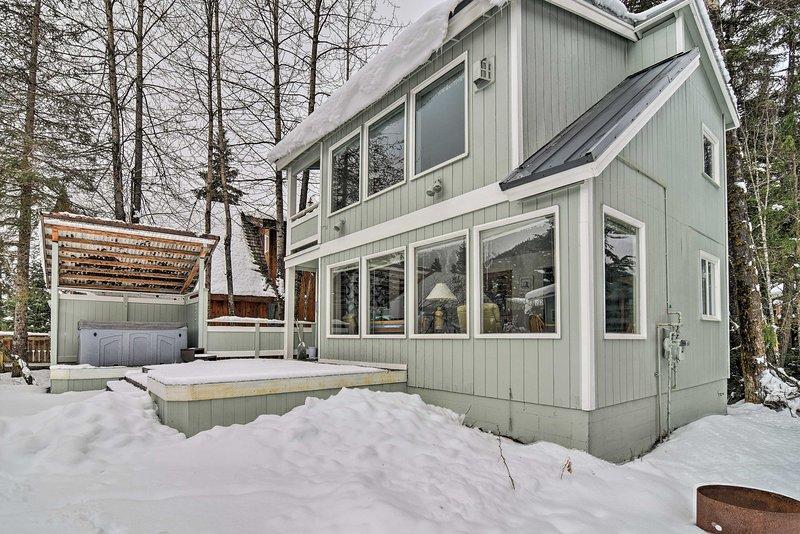 Cabin w/ Hot Tub & Views: 1 Mile to Alyeska Resort, holiday rental in Bird Creek