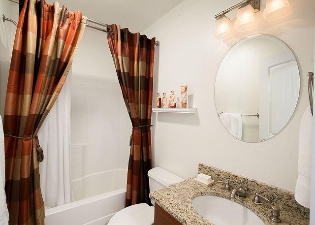 Salle de bain sous-sol avec baignoire / douche