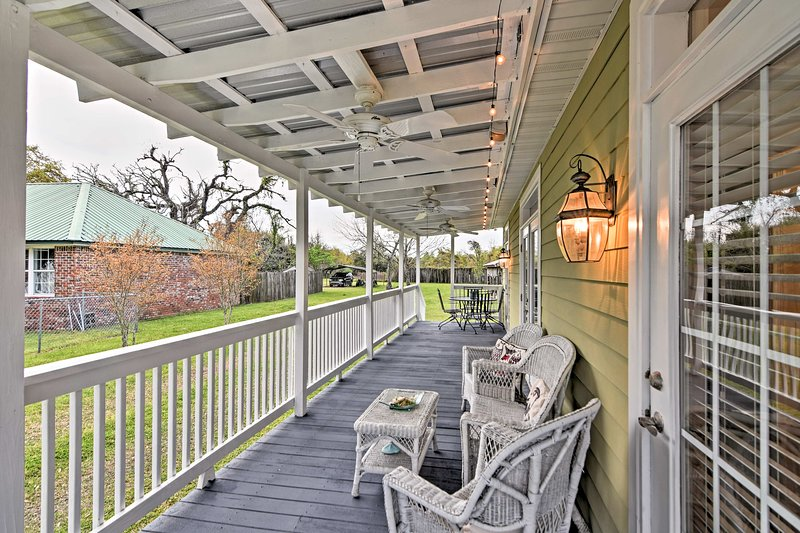 Cozy Pass Christian House w/Porch Steps From Beach, holiday rental in Pass Christian
