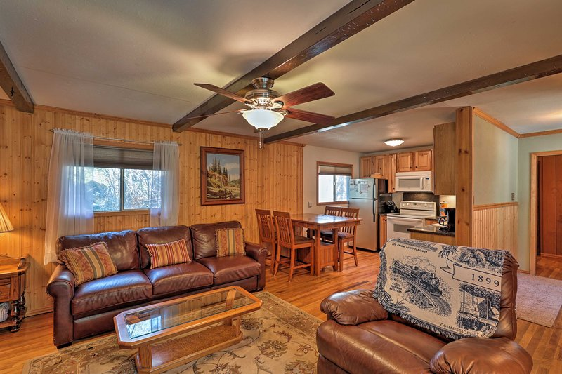 'Reed Cabin' w/ Deck - 3 Miles to Ski Cloudcroft!, holiday rental in Cloudcroft
