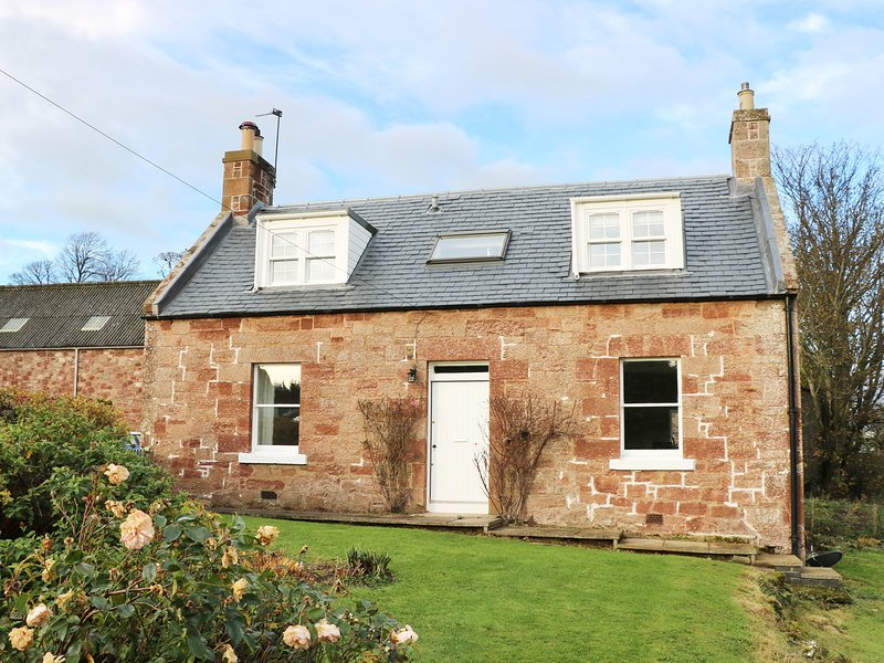 THE GRIEVES COTTAGE, non-working farm, countryside views, near Gifford, Ref, vacation rental in Oxton