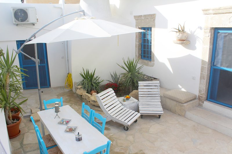 Villa Rodanthi with beautiful yard and jaccuzi for 6 persons
