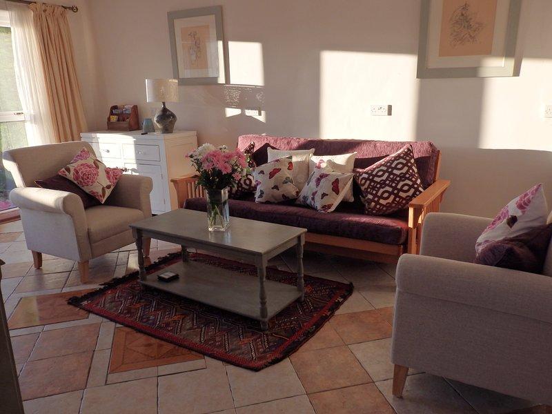 Amplia sala de estar llena de luz con sofá cama doble