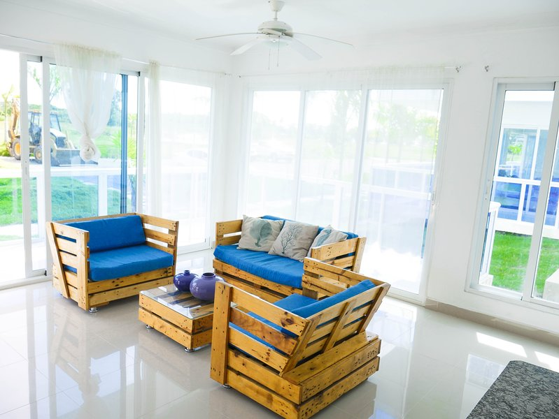 Wohnzimmer bietet bequeme Sitzgelegenheiten für 5 Personen. Langer Balkon.