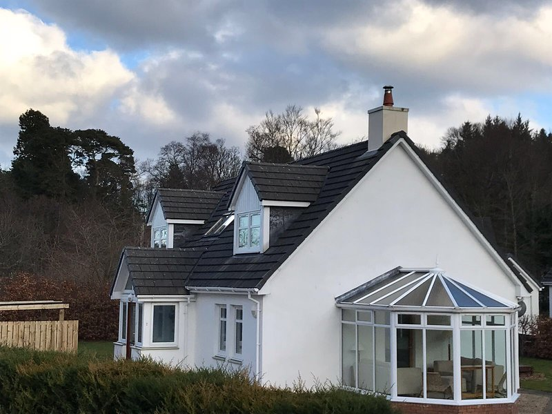 Goatfell Lodge near Auchrannie - modern lodge with hot tub-sleeps 8/10, vacation rental in Kildonan