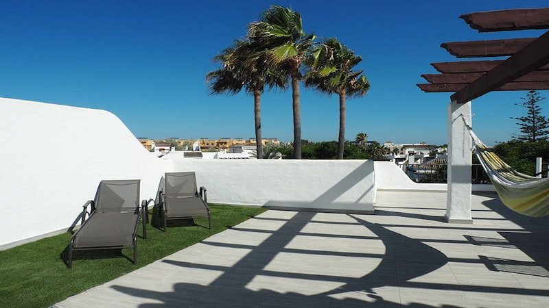 Penthouse 300 m from beach 65m2 roof terrace, location de vacances à Estepona