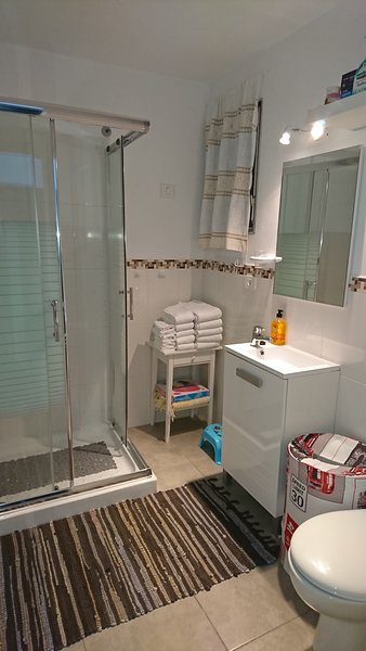 bathroom with shower of 1,00x1,00, with heating, hair dryer, towels, shower gel, shampoo etc ...
