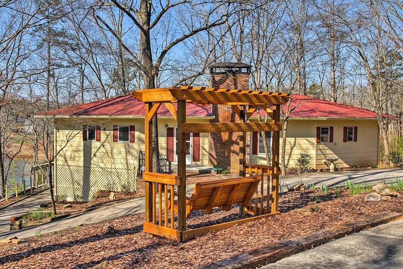 Cette maison au bord du lac est sûr de faire plaisir sur votre prochaine escapade en Géorgie!