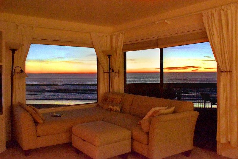 Salon - Profitez de couchers de soleil sereins sur l'océan depuis le salon.