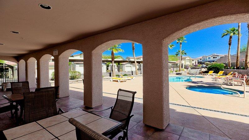patio cubierto con vistas a la piscina