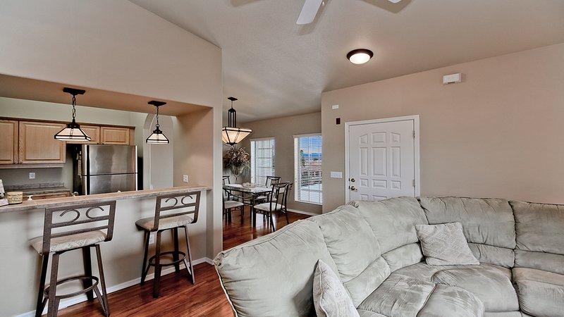 Puerta de entrada, sala de estar y comedor