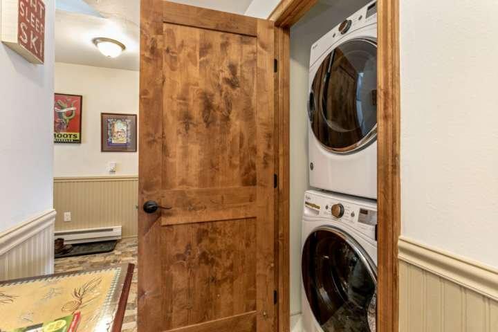 In voller Größe stapelbar Waschmaschine und Trockner in der Nähe des Eintrags des Hauses für Ihre Bequemlichkeit.
