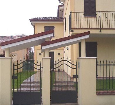 Two-family villa entrances