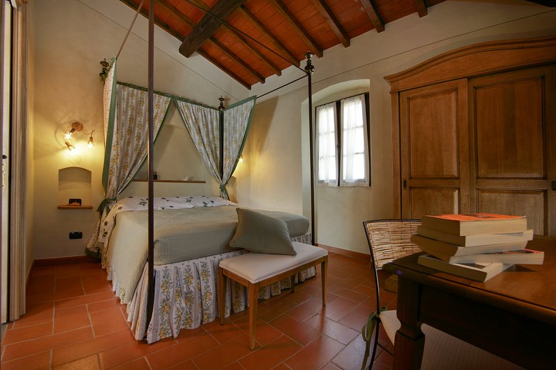 Cabby, double bedroom with four-poster bed and bathroom.