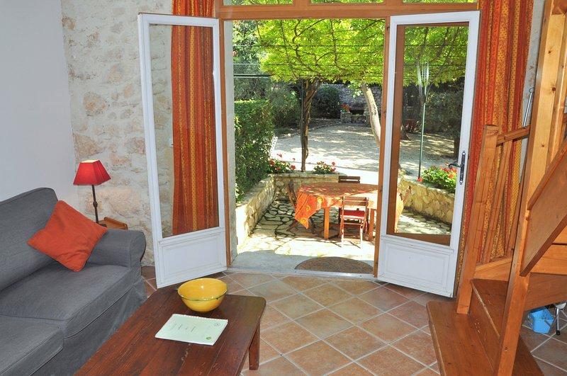 Studio di charme con terrazza coperta di glicine privata.