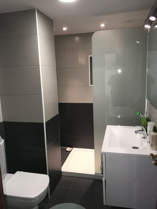 moderno cuarto de baño (aseo segundos)