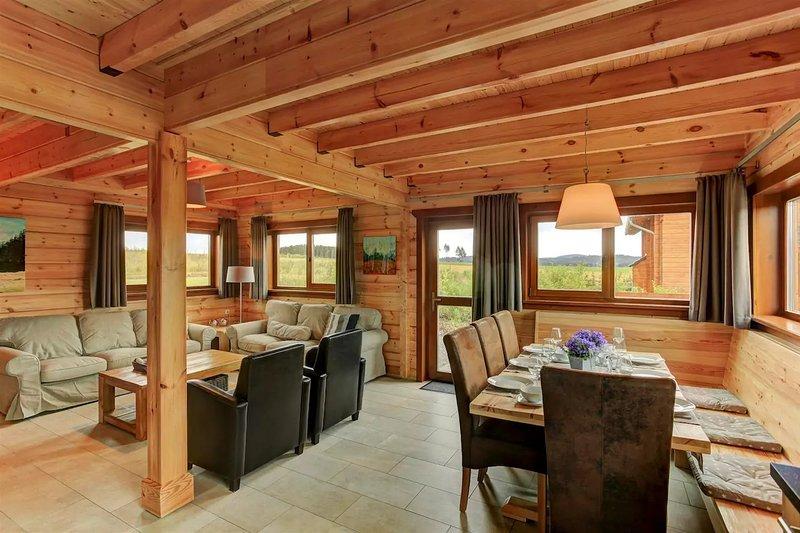 A acolhedora sala de estar com área de jantar, sala e cozinha com assentos adequados para oito pessoas.