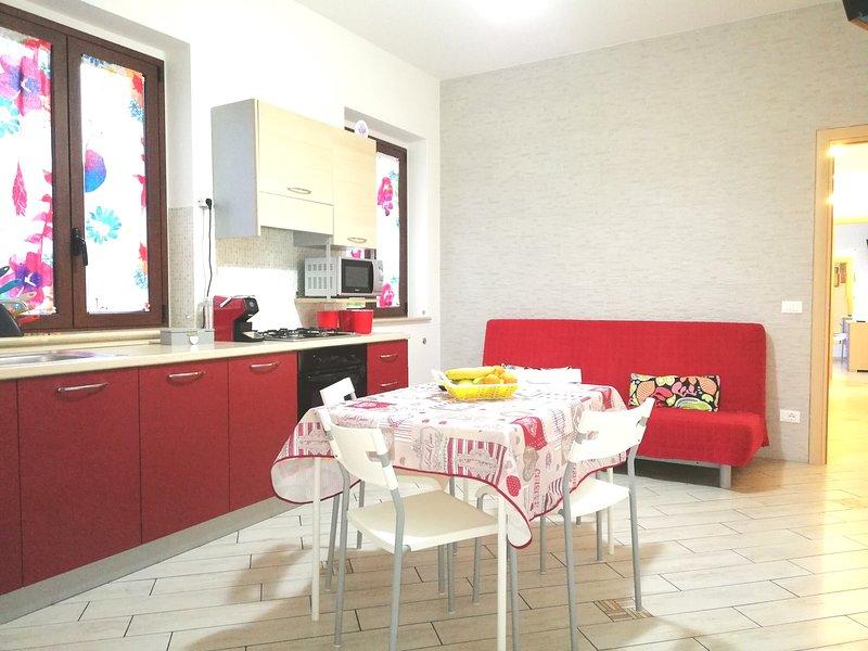 keuken - woonkamer, koffiezetapparaat, tv, airconditioning en slaapbank voor twee personen.